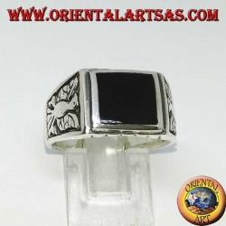 Серебряное кольцо с прямоугольным ониксом и барельефными орлами с обеих сторон