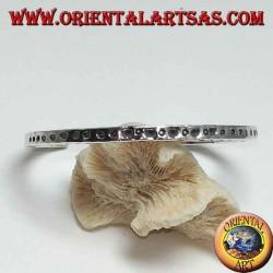Жесткий браслет в серебре, с бьющимися надрезами точек (квадратное сечение)