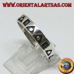 Anello a fedina in argento con triangoli e quadrati scavati
