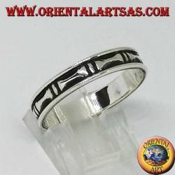 Anello a fedina in argento con osse a bassorilievo scavati