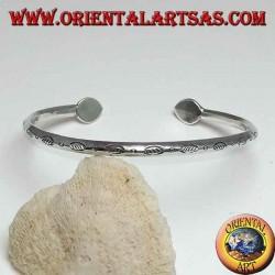Bracciale in argento rigido, intagliato con finali a goccia fatto a mano
