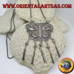 Long collier en argent avec médaillon en forme de papillon et pendentifs