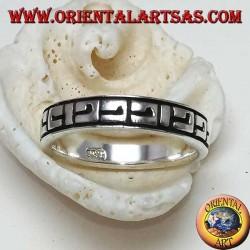 Anello a fascia in argento con decorazioni greche a bassorilievo