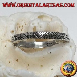 Anello fedina in argento stretta con incisioni geometriche