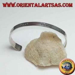 Плоский жесткий серебряный браслет с ручной гравировкой с более широким концом