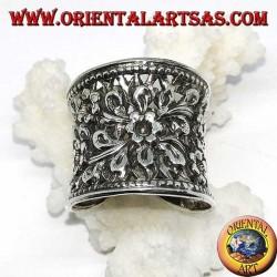 Anello in argento a fascia larga concavo cesellato e traforata floreale