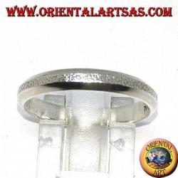 Anello a fedina in argento con parte centrale effetto crosta