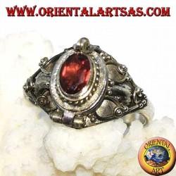 Серебряная коробочка-кольцо (держатель яда) с овальным гранатом и украшениями в стиле барокко