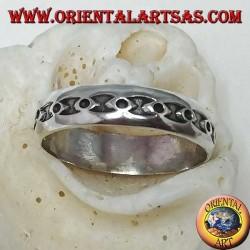 Anello in argento a fedina, con cerchietti negli ellissi a basso rilievo
