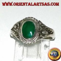 Серебряное кольцо с овальным зеленым агатом и цветком по бокам, маленькое