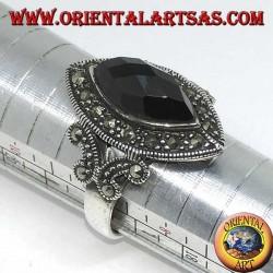 Серебряное кольцо с граненым ониксом в окружении марказита