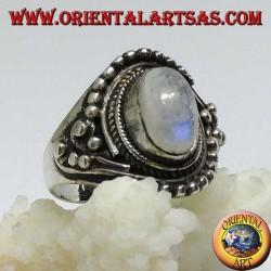 Bague en argent avec pierre de lune arc-en-ciel ovale avec des décorations de balle asymétriques