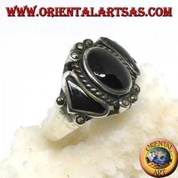 Anello in argento, con un onice ovale e due triangolare contornata di marcasite