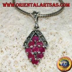 Silberanhänger mit 9 natürlichen runden Rubinen, besetzt mit Raute und Markasit