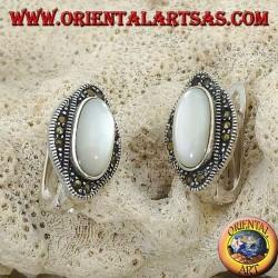 Boucles d'oreilles à lobes en argent avec nacre ovale entourées de marcassites