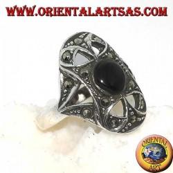 Серебряное овальное кольцо с круглым ониксом в окружении марказита