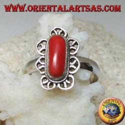 Anello in argento con corallo naturale e contornato da decorazioni a petali di fior di loto
