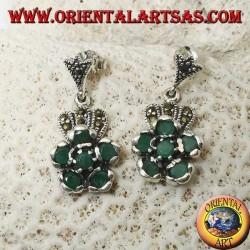 Orecchini in argento pendenti con 6 smeraldi naturali tondi incastonati a formare un fiore e marcasite