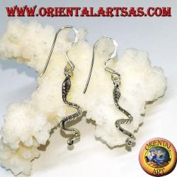 Серебряные серьги висящие с маленькой змейкой
