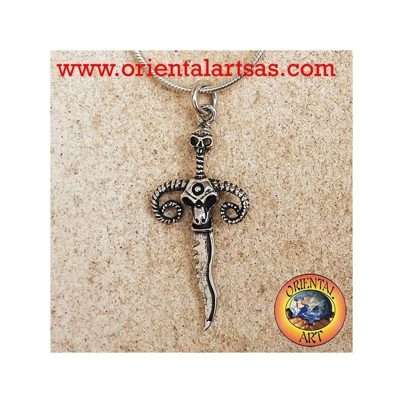 colgante de la daga de plata con el cráneo y los cuernos del espolón