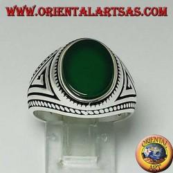 Anillo de plata con ágata verde ovalada plana con trenza en los bordes del anillo.