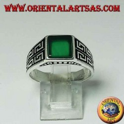 Серебряное кольцо с плоским зеленым квадратным агатом и двумя рядами греческого по бокам