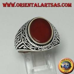 Anillo de plata con cornalina plana ovalada con griego en los lados del anillo.