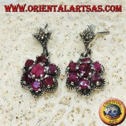Orecchini in argento pendenti con 7 rubini naturali tondi incastonati a formare un fiore e marcasite