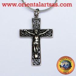 Ciondolo crocifisso in argento su croce intagliata