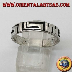 Anello fedina in argento con incisioni a righe asimmetriche