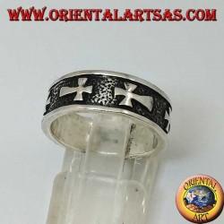 Anello a fedina in argento con croci a bassorilievo