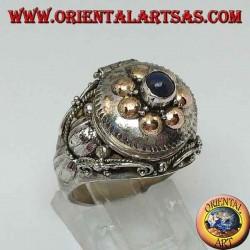 Bague en argent avec boîte à poison en or et boules de lapis-lazuli