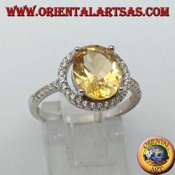 Anello in argento con topazio naturale sospesa su un cerchio di zirconi