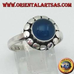 Anello in argento con agata blu,  taglio Cabochon contornata da borchie