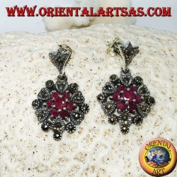 Orecchini in argento pendenti con 1+6 rubini naturali tondi incastonati contornato da marcasite