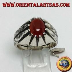 Anello in argento con corniola ovale incastonata tra otto punte