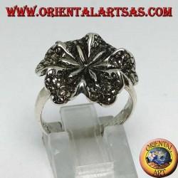 Anello in argento a forma del fiore di giglio, simbolo della purezza