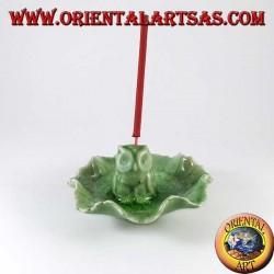 Quemar incienso de búho en hoja de cerámica verde