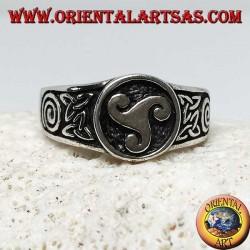 Silberner Triskellring mit Tyronknoten und Spirale an den Seiten