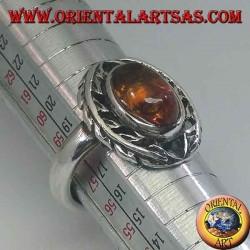 Anello in argento con ambra ovale contornata da foglie d'alloro