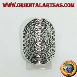 Openwork oval silver ring with baroque decorations