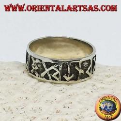 Anello in argento a fascia larga da 8 mm. con rune celtiche a bassorilievo