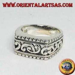 Anello in argento rettangolare in orizzontale con decorazioni barocche traforate