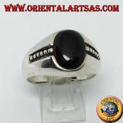silberner Ring mit ovalem Onyx und Basreliefpunkten an den Seiten