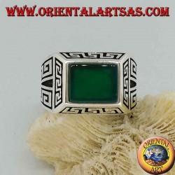 Anello in argento con agata verde rettangolare, contornato da greche a bassorilievo