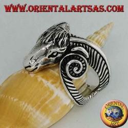 Anillo de plata con forma de una gran cabeza de Aries