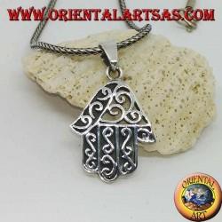 Ciondolo in argento, mano di Fatima con decorazioni ondulate e traforo su un lato