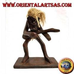 Scultura di un uomo primitivo chitarrista in legno di teak
