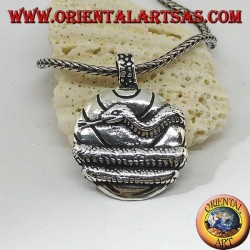 Ciondolo in argento, medaglia avvolta da un serpente
