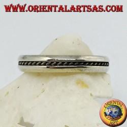 Silberband mit zentralem Flachreliefzopf